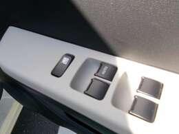 パワーウィンドースイッチ☆運転席、助手席、後席の窓の開閉はスイッチでできるので走行中の室内の換気もすぐできますね☆コインパーキングの出庫時の料金支払いもスムーズです!