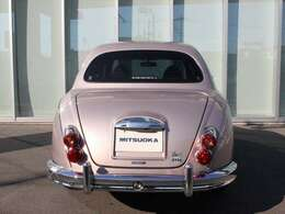 フロントのグリルバッヂ・リヤトランクフードのエンブレムに、フレンチマカロン専用デザインをあしらっております。