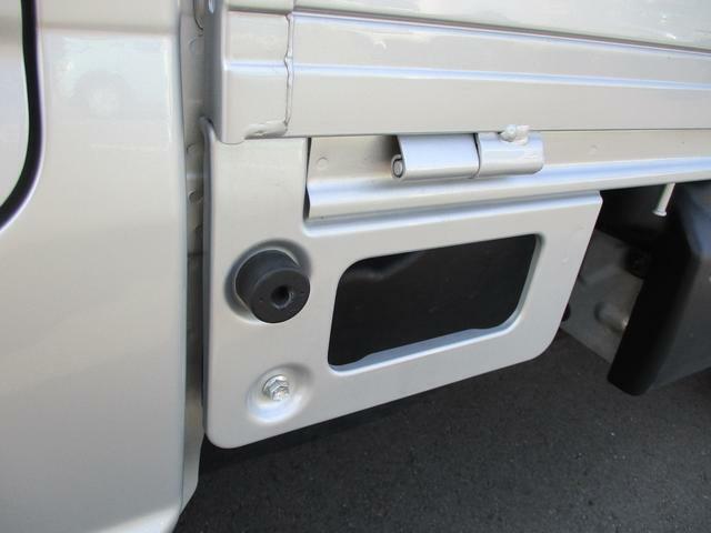 荷台ステップ。開口幅が大きく、長靴でも足を掛けやすいので便利です。細かいところに使いやすさがあります。