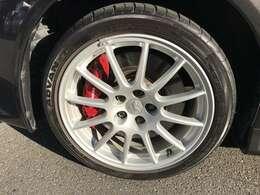 純正ENKEI製アルミホイールに大型のブレンボキャリパー!!タイヤもADVANです。
