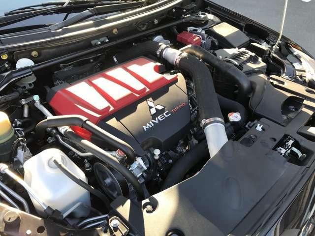 エボXの心臓部4B11エンジンです。ノーマルでストラットタワーバーが標準装備です。