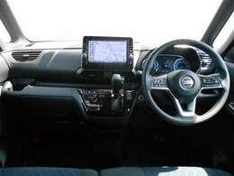 収納も充実した先進の運転席周りです。ナビは大型9インチの純正ナビ「MM320D-L」です。