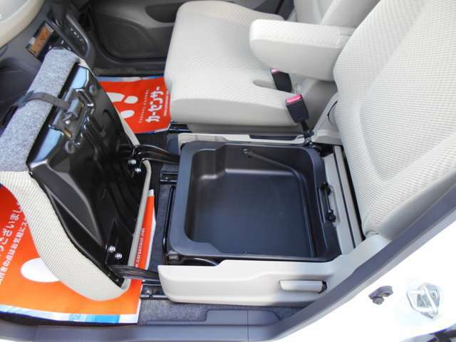助手席シートの下には隠れた収納スペースもあります
