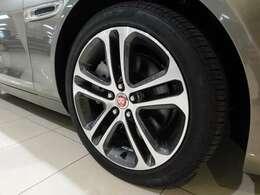 メーカーオプションの18インチ5ツインスポーク【スタイル5029】を装備しています。 タイヤサイズは前:225/45R18 後:245/40R18です。