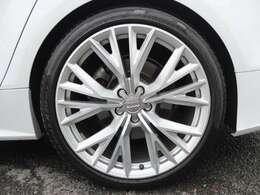 AUDIオプションの20インチホイールを装備しております。タイヤは4本共にピレリ製で残溝も約7分御座います。