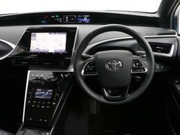 先進的なデザインの運転席廻りです。 ハイテクノロジーでありながら居心地の良い運転席周り。ボタンの配置一つにも考え抜かれています。 ぜひ一度乗って見てください。居心地の良さに驚かれると思いますよ。