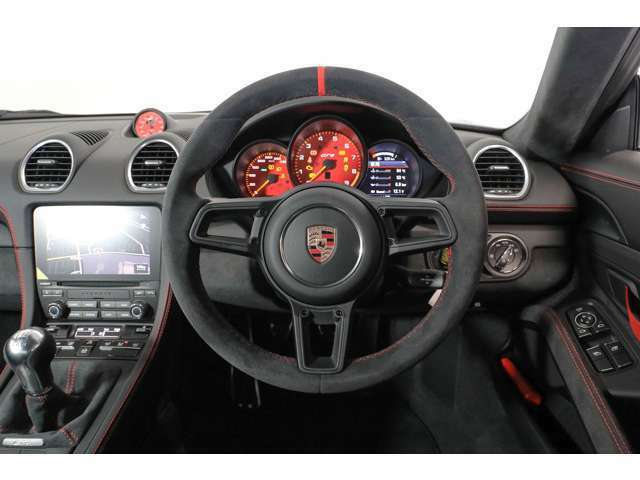 重要な情報は全て3連丸型メータに表示され、ドライバーは瞬時に読み取ることができます。