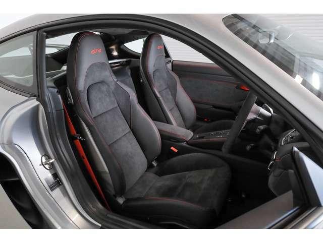 ブラックアルカンタラ/レザーGT4ロゴ入りスポーツシートがスポーツドライビングをサポートします。