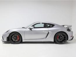 GT4は軽量化されたボディに専用エクステリアを纏い、高回転型4リッターフラット6に6MTが組み合わされたケイマンのレーシング仕様モデルです。