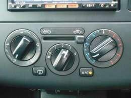 マニュアルエアコン装備中!温度、風量、吹出し口、内外気などの切り替えを手動で調整します。