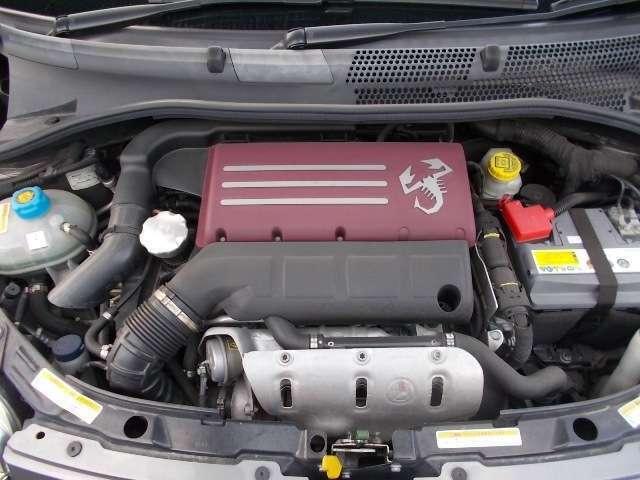 鮮烈な赤いエンジンカバー!アバルトマジックの宿った強力な1.4Lターボエンジン!