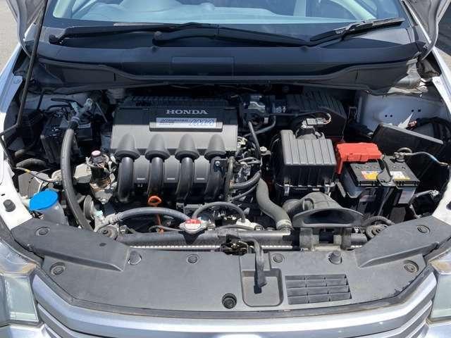 エンジンルーム。こちらの車はタイミングチェーン式なので、交換が必要ありません。中古車ではお得なポイントですよ♪