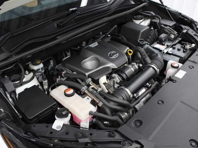 8AR-FTS型 2.0L 直列4気筒 DOHC インタークーラーターボエンジン搭載、駆動方式はFFです。