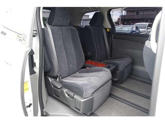 セカンドシートは2人掛けです。足元も広くてゆったりお乗りいただけます!