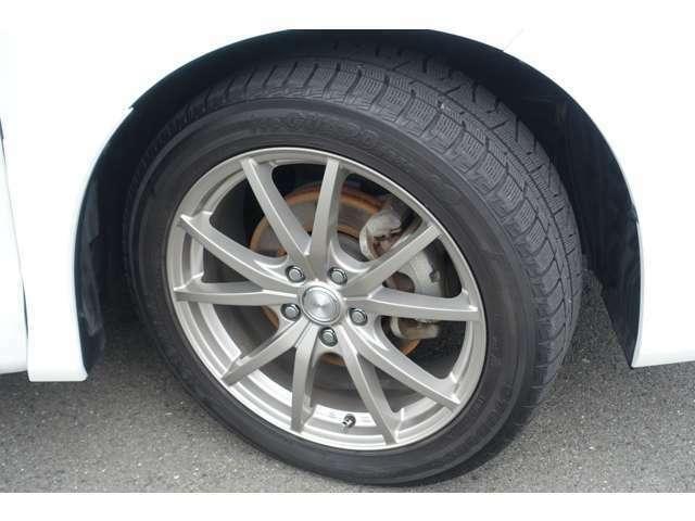 タイヤサイズは225/50R18になります。タイヤをご確認くださいませ。別途費用にて各メーカーの新品タイヤもご用意いたします。お気軽にスタッフまでお申し付けくださいませ☆