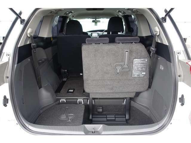 サードシートは床下収納で荷室になります!