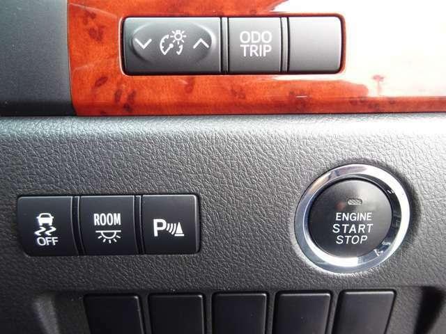【スマートキー、プッシュスタート・クリアランスソナー】キーを取り出さなくても、鍵の開け閉め、エンジンの始動が可能になる便利な機能です!また前後センサーにより障害物を警告音で知らせてくれます。