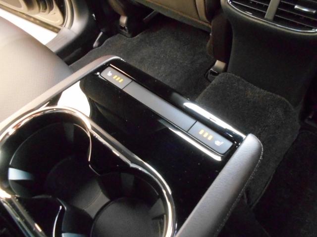 なんと!後部座席にもシートヒーターを装備!しっかり3段階の温度調整機能もついております!スイッチひとつで簡単に操作も出来るのでとっても快適です!これは嬉しい装備ですね♪
