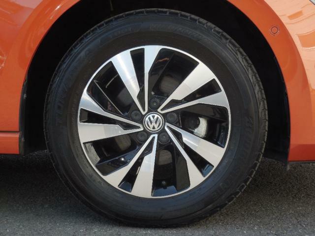 5スポーク15インチ アルミホイール、タイヤサイズ:185/65R15。室内に入ってくるロードノイズも小さくコンフォートな走りを提供し、またダイレクトに反応するステアリング特性を保持しています。