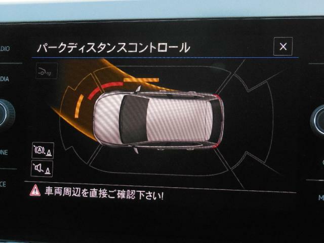 オプティカルパーキングシステムは音とビジュアルで車両の前後サイドの障害物の接近を知らせます。ステアリングを切る方向、障害物の接近の度合を音の間隔とバー(白橙赤)でモニタリングします。