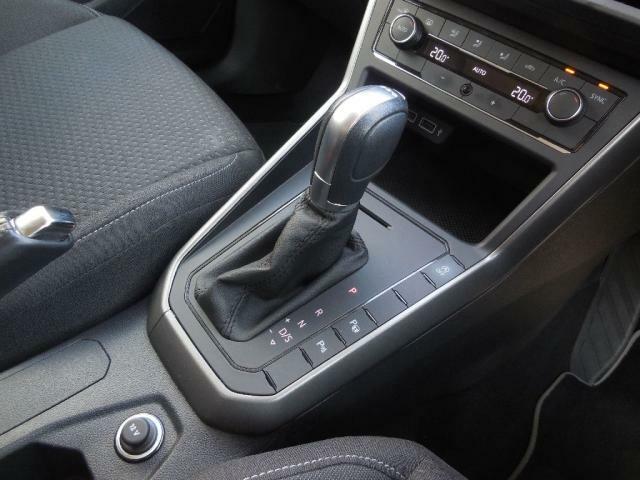 7速DSGトランスミッション。ツインクラッチが切れ目なく滑らかにコンパクトなボディをストレスなく加速させます。発進性能も良く、7速目のギヤ比を高く設定する事により燃料消費を削減しています。