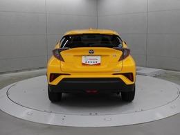 駐車場から後退する際に、左右後方から接近してくる車両をブラインドスポットモニターのレーダーにより検知。ドアミラー内のインジケーター点滅とブザーによりドライバーに注意を喚起します。