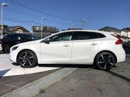 V40特有のサイドのプレスラインはお車に迫力を持たせます。白のボディーにブラックのアルミホイールが際立ちます。