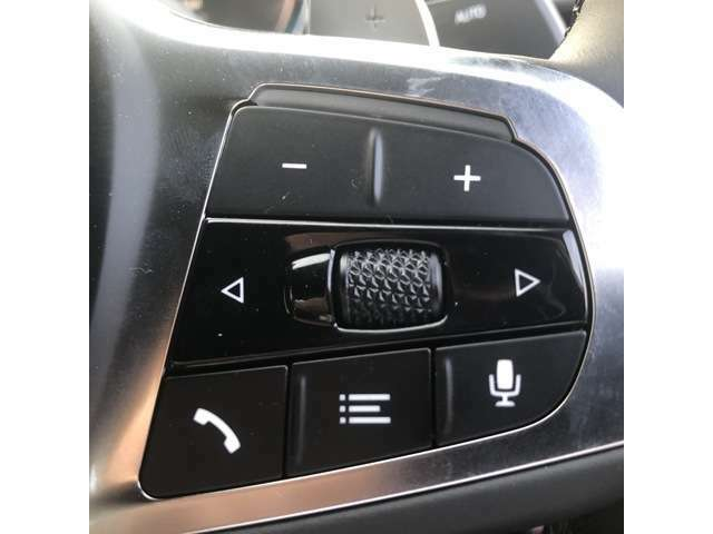 ハンドル回りには、運転中でも操作可能な様々な機能がついとります。