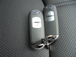 アドバンスドキーレスになっていて、エンジンの始動、ドアの施錠も鍵を持っている状態でボタンを押すだけ!スペアキーも付いております。