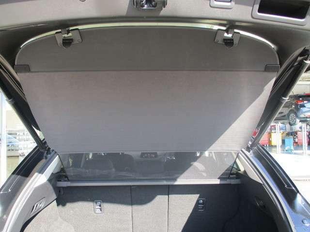 リヤガラスにサンシェードがあることで夏場の車内温度の上昇を抑えることが出来ます。