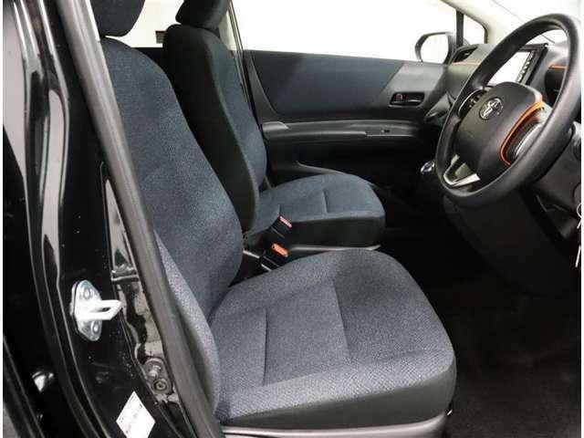 《運転席》目線の位置も高くて運転席からの視界も良好です。シート高さ位置も調整できるので、乗りやすいですね。