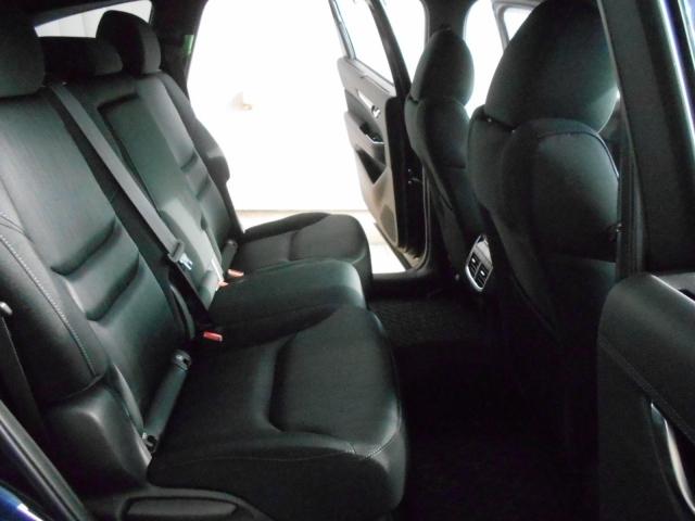2列目シートは扱いやすいベンチシートタイプ!3人乗車出来るのはもちろん、チャイルドシートのお子様をあやすのもとってもラクチン♪USB付きアームレストも格納されております!