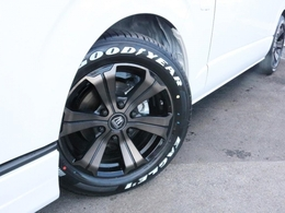 足元にはFLEXアーバングランデ17インチAWを装着! タイヤはナスカーホワイトレターを合わせています!