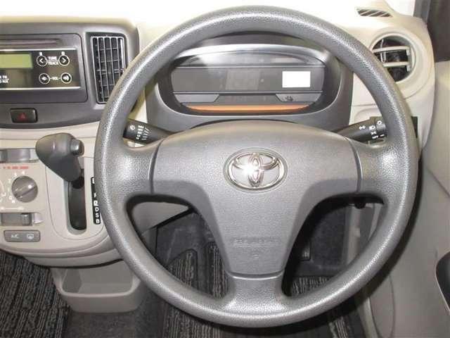 シンプルな運転席。運転は軽いハンドル回しで軽快なドライブを楽しめます