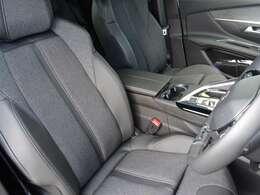 運転中も疲れを感じさせない、すわり心地の良いシート。シートに使用感はありません。運転席電動シート、フロントシートヒーターを装備しています。【プジョー大府:0562-44-0381】