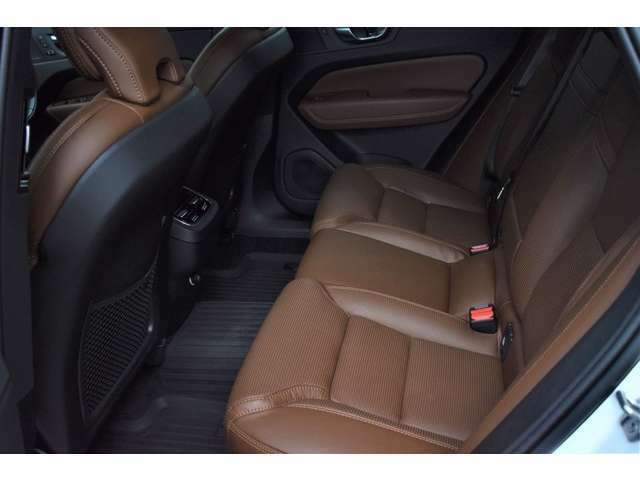 リアシートは、小物が収納できるアームレストとカップホルダ-が中央に装備され、後席用エアコン吹き出し口も装備,大人でも窮屈なくゆったりと座れ、快適なドライブが楽しめます。