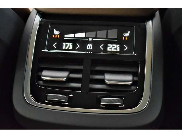 後部座席でもエアコンの温度調節ができ、さらにシートヒーターも付いています。