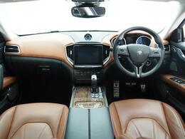 インテリアは12方向電動調整式フロントシート、ベンチレーション、シートヒーターが装備され、スポーティーな走りの楽しみと快適性を両立。