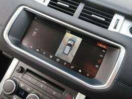 【全周囲カメラとセンサー】は狭い場所でも安心して駐車できるようにサポート。タッチスクリーンの表示と音で障害物との距離を確認できます。車幅感覚に慣れてい