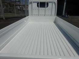 荷床はスチール波タイプです。荷台およびキャビン上塗装済