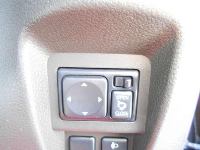 ドアミラーの鏡面の調整や狭い道でのすれ違いも、スイッチボタンひとつでドアミラーを自動格納できます。