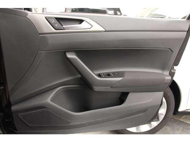 ドア開閉時にも上質な車内が想像できます。