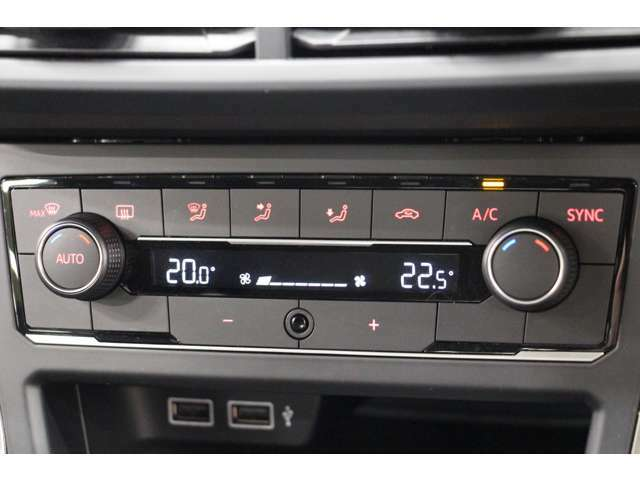 オートエアコン装備。車内温度をすぐに快適な温度に設定できます。