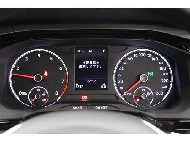 メーターは2眼式。速度計はパネル中央にデジタル表示されています。