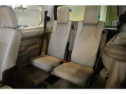 大人も座れるサードシート、思ってる以上に快適です!使わないときは荷台の床にフラット収納できる優れモノです。