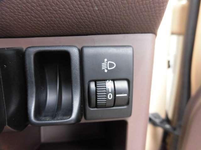 ヘッドライトの高さを調整できるレベライザー付き。