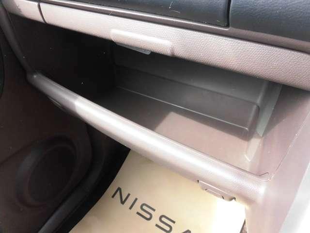 車検証ブックや小物などが収納できるスペースがあります。