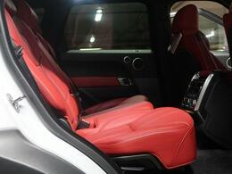 【リアシート】後部座席も十分な広さを確保。大人がしっかり乗っていただける広さです。ジャガー・ランドローバーの持つ理想の自動車工学で造形された、伝統と新しさの兼ね備えたインテリアをお楽しみください♪