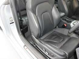 ブラックレザーシートです。電動パワーシート、シートヒーターの装備されています。状態も、スレや切れ等なく、綺麗な状態が保たれております!