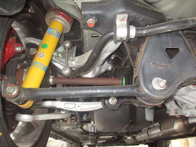 標準装備のビルシュタインショック。下廻りの腐食/突き上げキズ/オイル漏れなども無く良好な状態です。ご納車前点検時に再チェック致します。